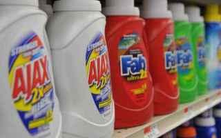 Un detergente è composto da una miscela di sostanze chimiche in polvere o liquide che servono per r