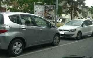 L'automobilista, nel parcheggiare l'auto a lato del marciapiede deve rispettare il senso di marc