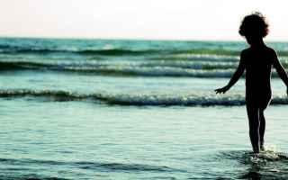 Medicina: camminare  piedi nudi  sabbia
