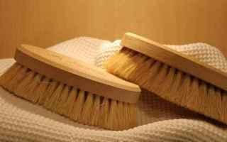 La spazzolatura a secco della pelle è un modo semplice ed efficace per favorire leliminazione delle
