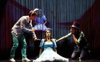 """Liberamente ispirato al romanzo di Lewis Carroll """"Alice in Wonderland"""" arriva sul palco del teat"""