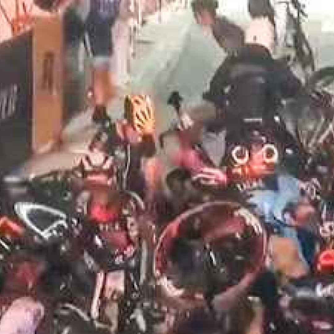 ciclismo  sport  incidente  feriti  video