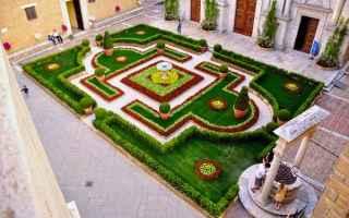 Cultura: pienza  fiori  palazzo borgia arte