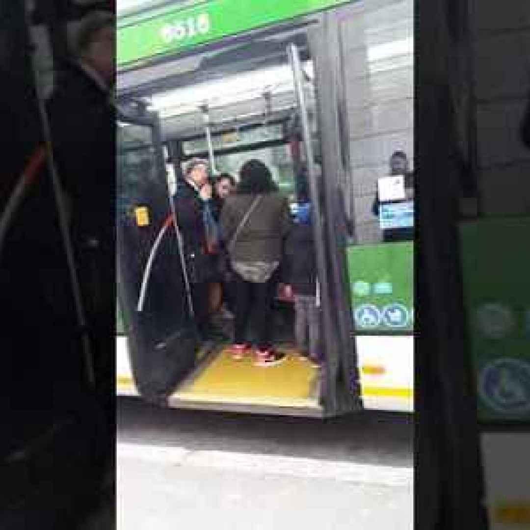 milano video donna lite autobus