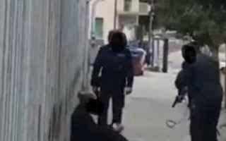 campobasso video detenuto agenti
