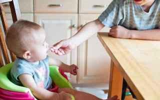 Far passare un neonato da un alimentazione liquida esclusivamente a base di latte (materno o artific