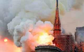 dal Mondo: notre dame  fiamme  francia  parigi