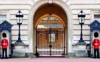 regina elisabetta  buckingham palace