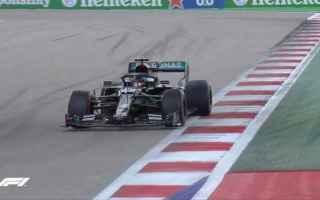 Lewis Hamilton show nelle qualifiche di Sochi. Dopo aver rischiato di non accedere alla Q3 riuscendo
